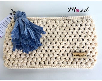 Incredible bag of hand woven crochet with yarn of cotton, lined and with pompon. What has been done by hand is more cool!