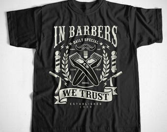 T-Shirt In Barbers we trust S M L XL 2XL 3XL 4XL Razor Friseur Barber Beard