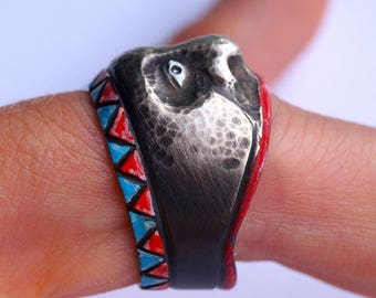 Face in the silver ring / chased
