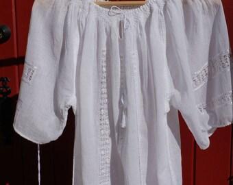 Traditional Romanian Silk HandMade Embroidered Blouse/Blouse traditionnelle roumaine brodée à la main avec la soie blanche