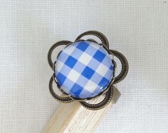 Adjustable flower ring and 18 mm glass cabochon. Blue and white gingham.