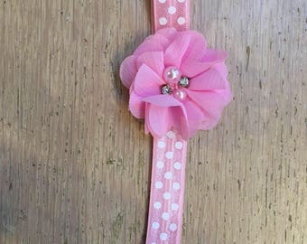 Hoofdbandje baby pink with white dots with flower in pink