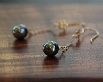 Pua Lahi - Tahitian pearls suspended on a gold chain