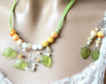 Adornment necklace beads of jade and green leaves