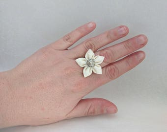 Ring adjustable off-white fabric flower