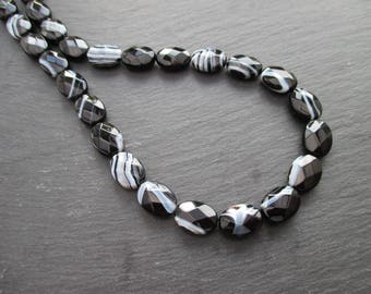 Black, grey and white zoned agate: 2 faceted flat oval beads 14 * 10 m