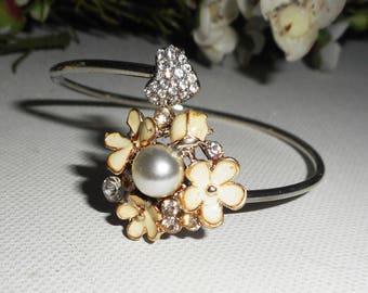 Metal welded flowers ecrues and White Pearl bracelet