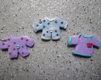 Lot de 3 breloques tee shirt  fimo réalisés à la main couleur violet bleu