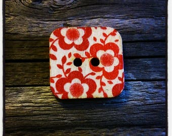 Red wooden floral button square 24 mm / 2 holes