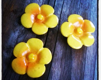 set of 3 yellow flowers 30 mm resin embellishment