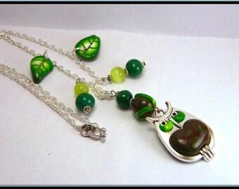 Collier breloque hibou, feuille en fimo et perle en verre vert.
