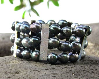 Women bracelet Tahitian Pearl - Islands - black Tahitian Pearl, mother of Pearl carved, mother of pearl, mop, Tahitian crafts Pacific