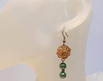 Gold aluminum wire and 2 green ball earrings