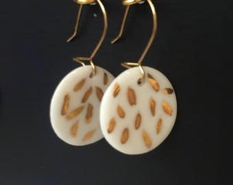 Small round earrings in porcelain