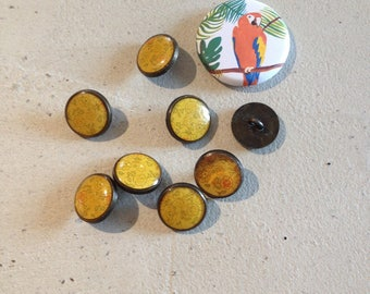 Decorated metal buttons