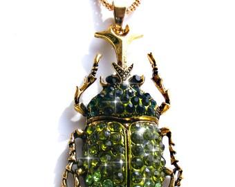 Sautoir scarabée doré, strass vert et chaine doré.