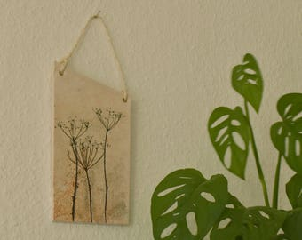 Keramieken hanger voor in je interieur | Botanisch reliëf met roest effect | licht geglazuurd