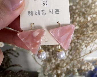 Stylish Geo resin triangle and pearl earrings