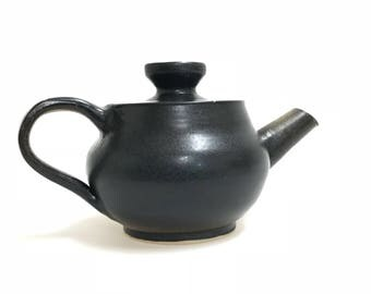 Kettle with lid made of Steinzeugton by hand