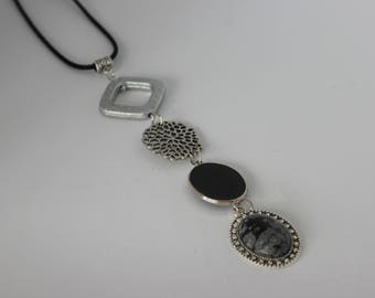 Necklace vertical and original, acrylic and stained black and white cabochon.