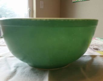 Vintage Green Pyrex 2 1/2 Quart Mixing Bowl