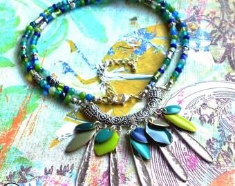 Precious Gipsy . Collier unique bohème précieux bleu vert métal argenté sequins émail design original Tikaille