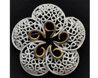 1970s White Enameled Lattice Like Scrolled Round Flower Floral Vintage Pin Brooch