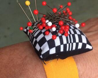 Magnetic wrist pincushion