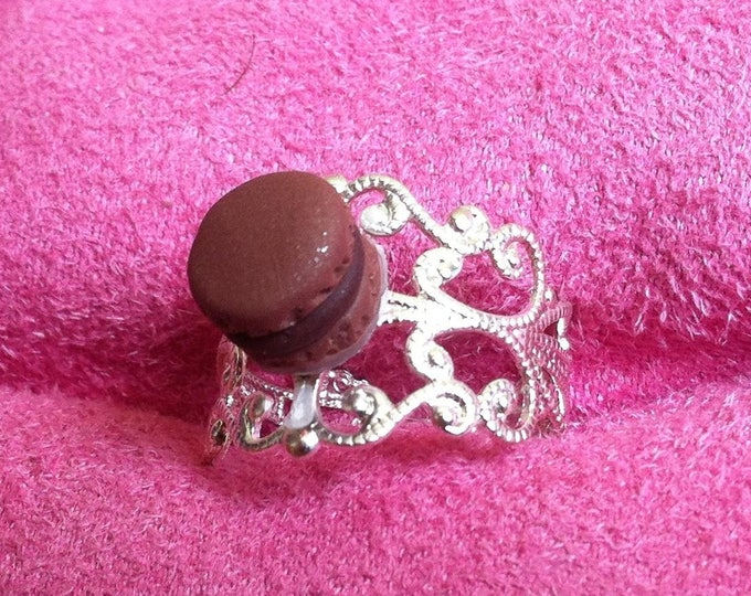 Ring with mini chocolate macaroon with milk