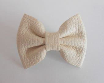 Hair clip ivory leather of 5.5 x 4 cm