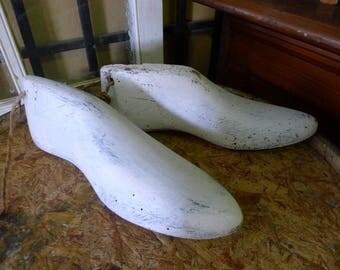 Vingate Pair of painted wood shoe lasts