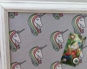 Tableau d'affichage babillard aimanté recouvert tissu licorne décor organisation bureau afficher mémos photos arc-en-ciel étoile multicolore