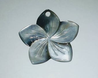 Flower Pendant 1 X mother of Pearl 40mm