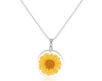 Necklace with round pendant in resin and dried yellow flower