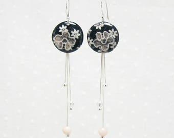 Boucles d'oreille pendantes noires à fleur et dentelle écru en argent