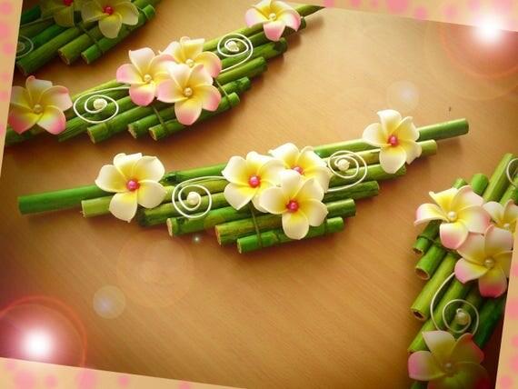 Centre de table fleurs de frangipanier artificielles et bambou for Set de table bambou