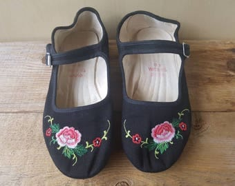Vintage 80s Chinese slippers Mary Jane Style Embroidered Flower Black with Rubber some sz 6 / 36