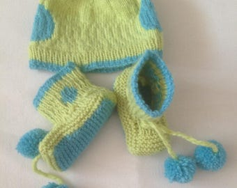 Set baby booties and hat with green and blue tassel