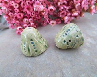 2 Breloques clochettes fleurettes.. Nature Zen.. Créateur Artisan.. CERAMIQUE MOO.. jaune vert cuivre bronze.. Unique et fait main.