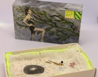 Art box :petit diorama réalisé dans une boîte d'allumette. Matchbox, broderie aux coquillage.