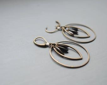 Fine earrings enameled black navettes and ringed bronze