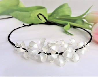 Headband with delicate flowers in mother of pearl