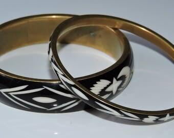 Fabulous Vintage Pair Carved Black & White Celluloid Brass Bangle Bracelets