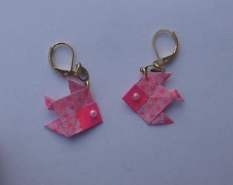 Earrings sleepers gilded geometric patterns and plain pink paper origami fish