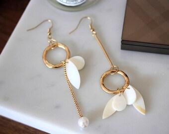 Dangling asymmetric earrings