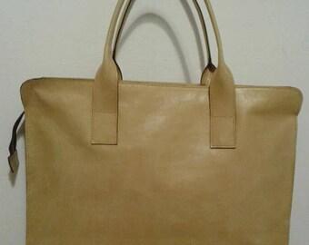 Mustard shoulder bag in genuine leather.