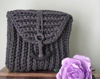 Crochet t-shirt yarn clutch.