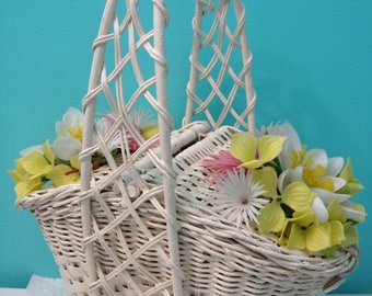 Vintage White Wicker Purse, Vintage 1960's Handbag With Plastic Flowers, Kitsch Fake Flower Purse, Vintage Basket Purse, Picnic Basket Style