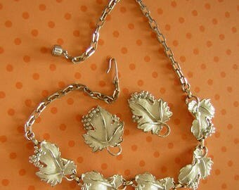 Sarah Coventry WHITE and Silver Whispering Leaves Vintage Earrings & Necklace demi Parure Set