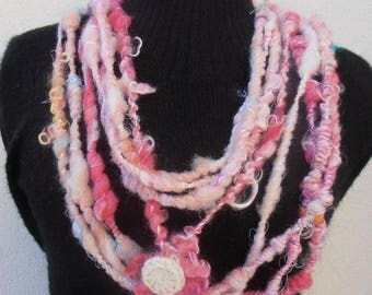 Rosy: art yarn necklace